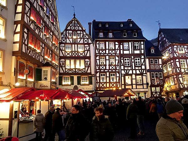 Weihnachtsmarkt in Ahrweiler und Lucia Markt in Rech Image