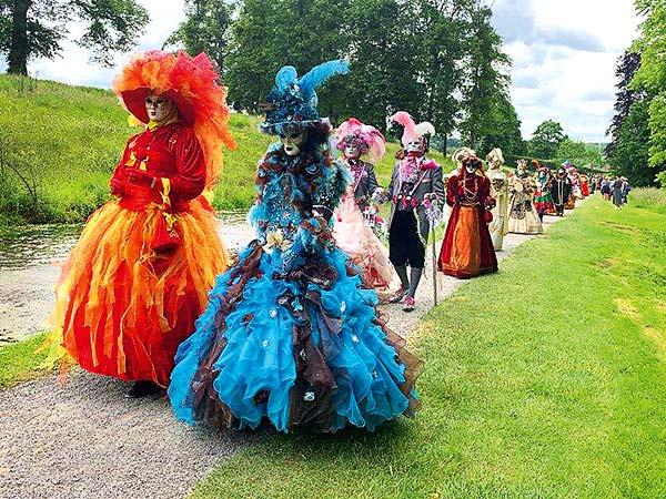 Maskenfest in den Gärten von Annevoie & Stadt Dinant / Belgien Image